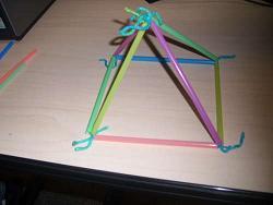 kak-sdelat-igruchku-piramida-iz-solominok