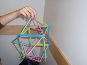 kak-sdelat-igruchku-piramida-iz-solominok5