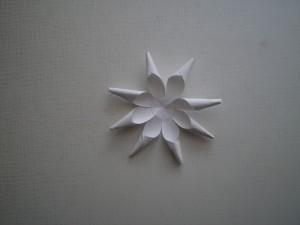 novogodnie-igruchki-svoimi-rukami-iz-bumagi -4