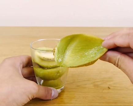 kak-bystro-pochistit-kivi-mango-avokado-2