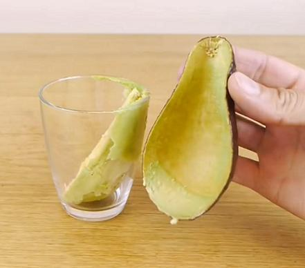kak-bystro-pochistit-kivi-mango-avokado-3