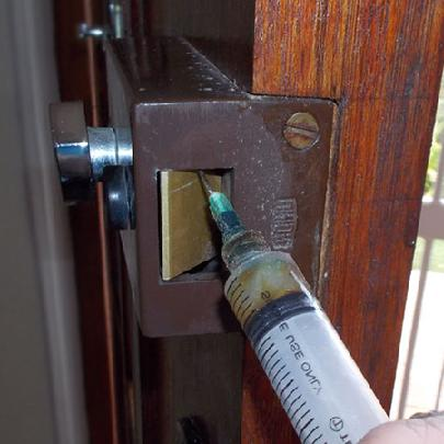 kak-legko-smazat-dvernoj-zamok-vhodnoj-dveri